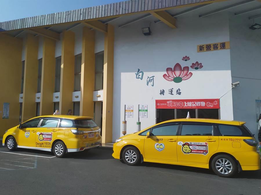 大台南「小黃公車」28日正式啟動,目前在玉井、白河共有5條路線,解決偏遠地區在離峰時間空車趟次過多的問題,也適合長者、行動不便的民眾搭乘。(莊曜聰攝)