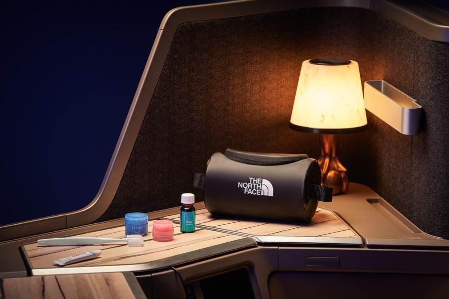 華航全新過夜包TheNorthFaceBlack將於6月上線。(華航提供)