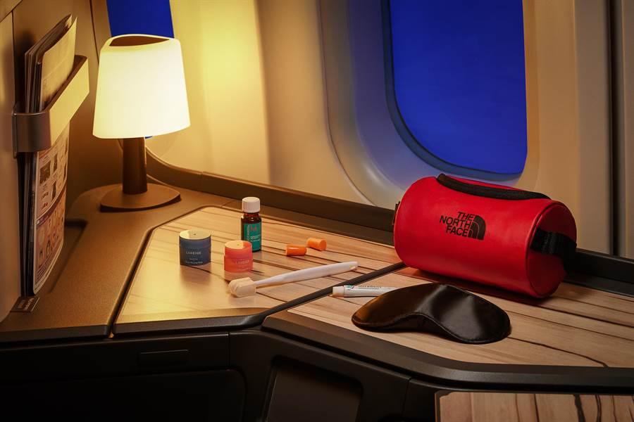 中華航空長程線過夜包將全面換新,首度與戶外運動品牌TheNorthFace合作。(華航提供)
