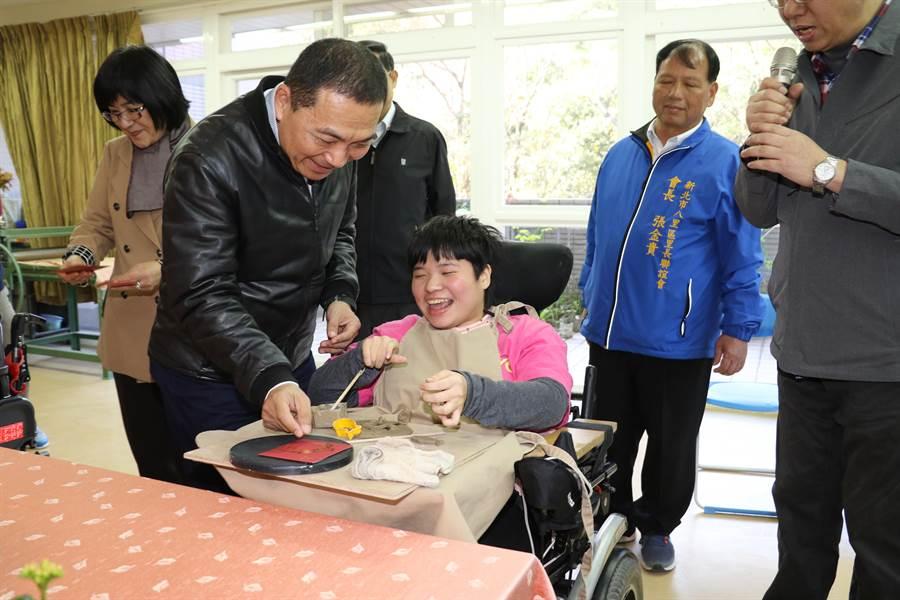 侯友宜發給教養院生紅包,讓院生們笑開懷。(吳岳修攝)