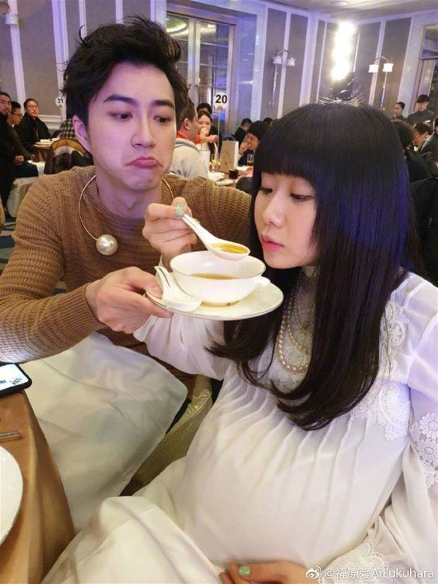 福原愛孕肚大到無法靠近桌子,江宏傑貼心捧碗幫忙。(圖/翻攝自微博)