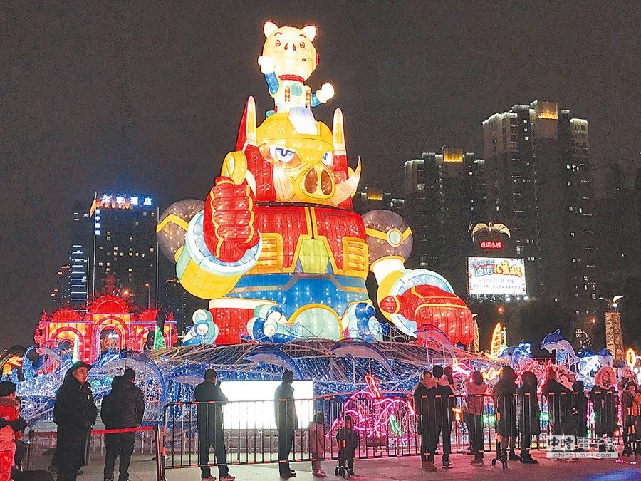 第9屆「台灣江蘇交流燈會」交流燈區開燈儀式26日晚間舉行,觀光局主秘林坤源表示,今年主燈是金剛豬造型,命名「金豬報喜」,意味著諸事大吉、福氣滿盈。(台旅會上海辦事處提供)