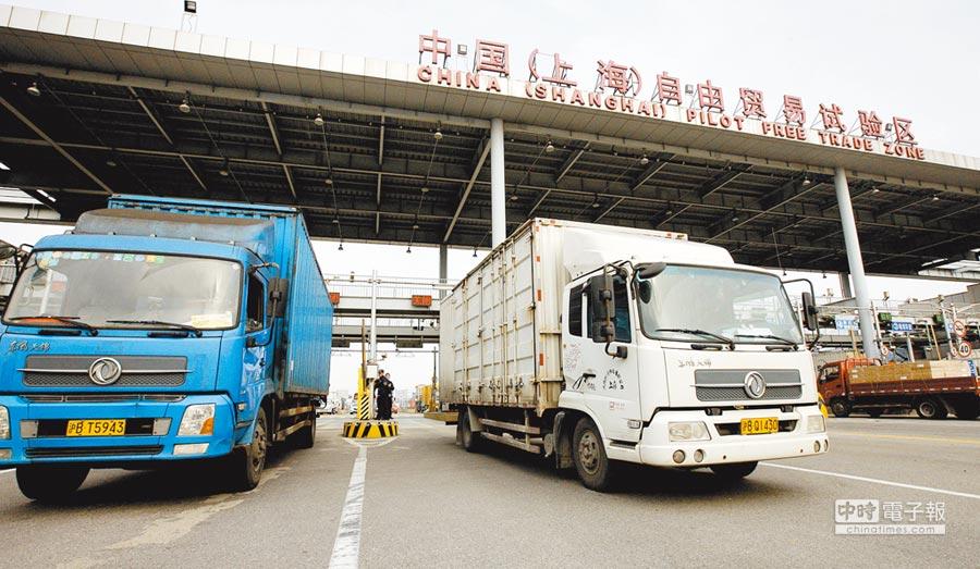 上海軟硬體建設不輸台灣。圖為上海外高橋自貿區。(新華社資料照片)