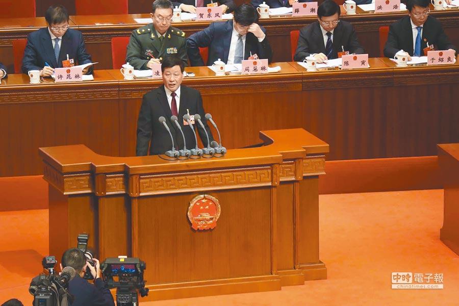 上海市長應勇(前)27日在市政府工作報告中,將上海2019年的經濟成長目標設為6%至6.5%。(中央社)