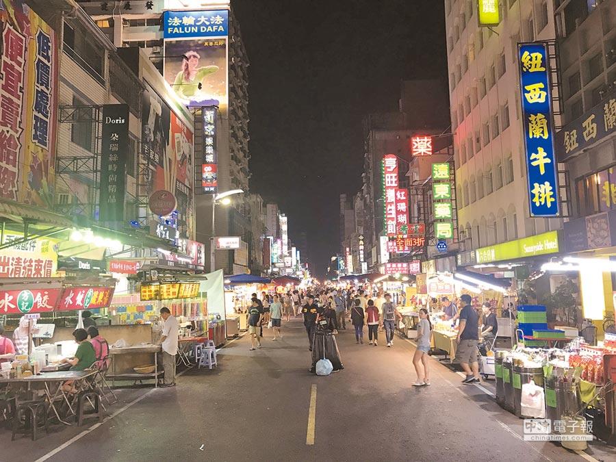 晚間8點的六合夜市生意冷清。(本報系資料照片)