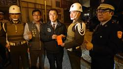 重要節日安全維護工作啟動 黃偉哲訪路檢軍警 贈加菜金