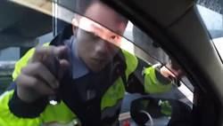 「懂法律就是不一樣」他一招躲臨檢 警威嚴掃地