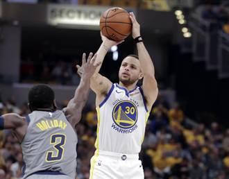 NBA》柯瑞再展神技 半場槍響特大號三分球