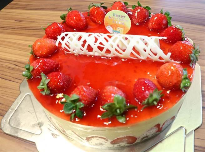 恆春瑪力手感烘焙坊的草莓起司蛋糕,可同時享有草莓酸味、果醬甜味、巧克力苦味,又帶有起司濃濃乳香及草莓香,豐富的味道及口感層次讓人驚豔。(潘建志攝)