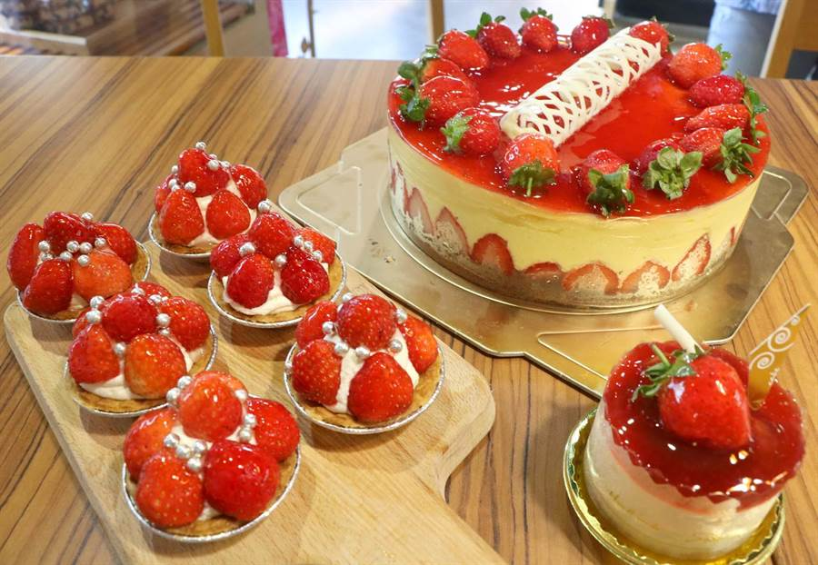 恆春瑪力手感烘焙坊現正販售季期限定的草莓塔、草莓慕斯、草莓起司蛋糕,以恆春種植的草莓製作,口感甜中帶酸,風味絕佳。(潘建志攝)