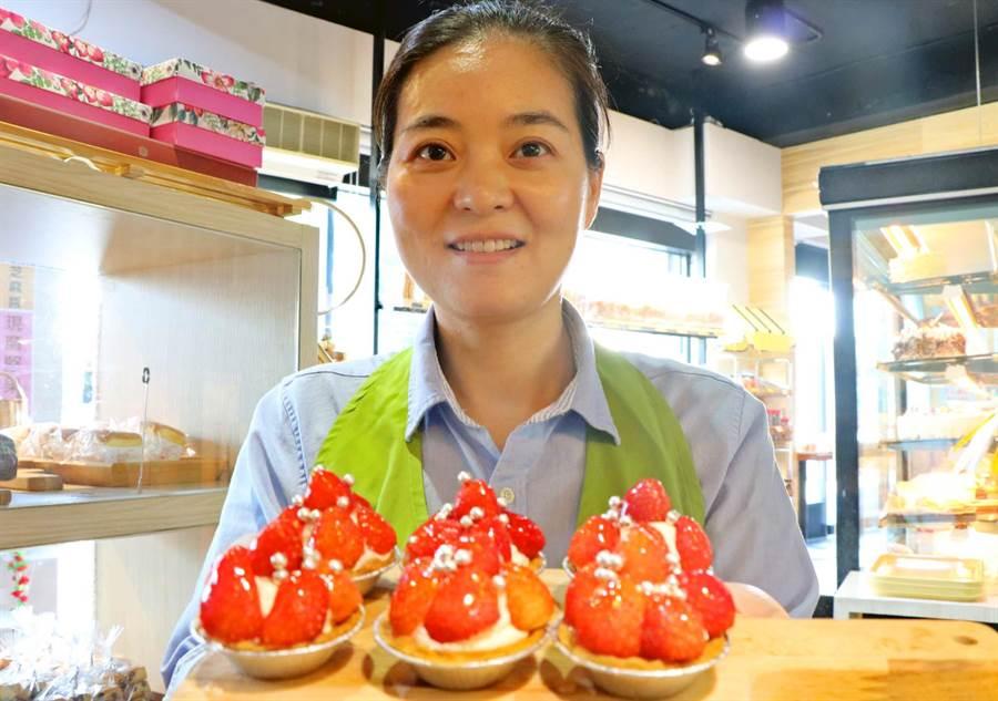 恆春瑪力手感烘焙坊的草莓塔使用較液體的奶品製作,吃起來比較像優格,口感滑順,搭配草莓可同時享用兩種風味。(潘建志攝)