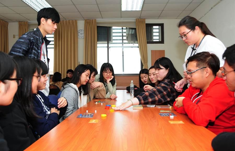 參賽者透過桌遊體驗,瞭解企業經營,訓練策略性思考,在快樂中學習成長!(陳世宗翻攝)