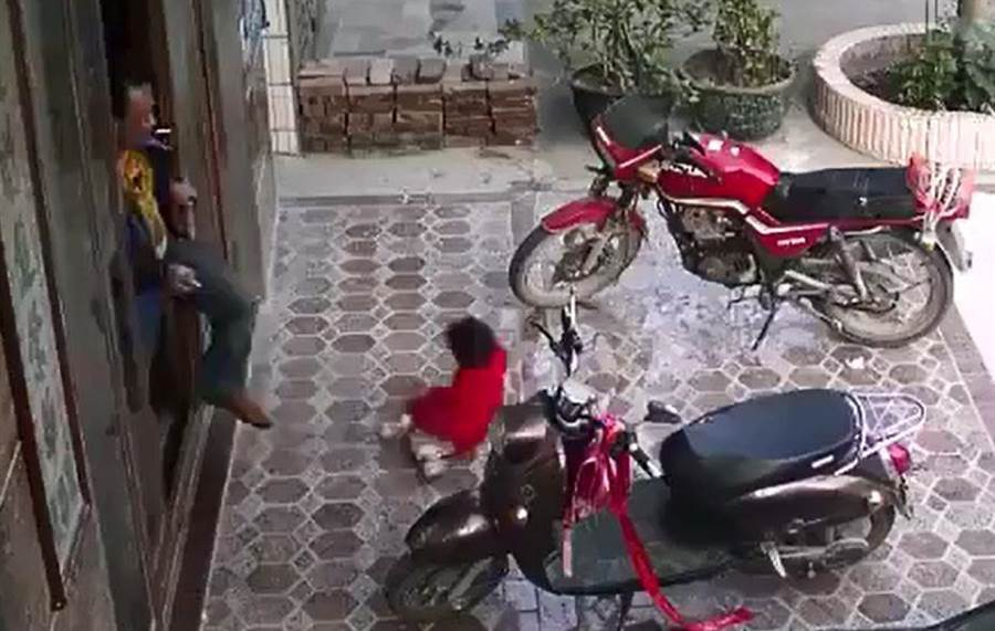 大陸一名男子狠心踹飛女童,引起網友暴動。