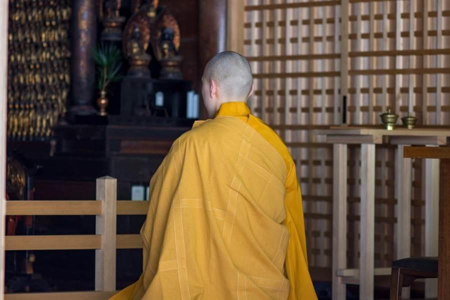 日本法師穿僧衣開車,竟遭警方攔下開出罰單。圖為日本僧侶。(達志影像/shutterstock)