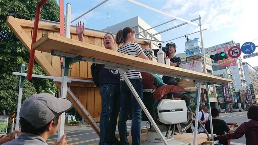 「城市洗髮車」業者曾找來藝人卜學亮站台體驗,與民眾一同探索台南的理容院文化。(圖/取自理容院哈司托 HG. Barbershop粉絲專頁)