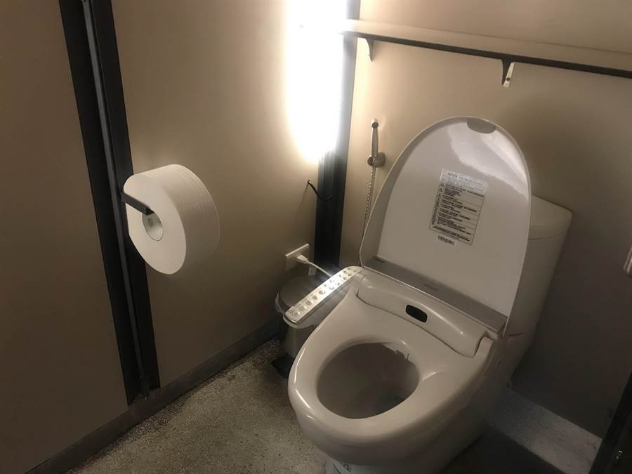 位在護城河旁的護城河公廁是新竹市首座建置免治馬桶的公廁,這同時也是全國首例。(陳育賢攝)