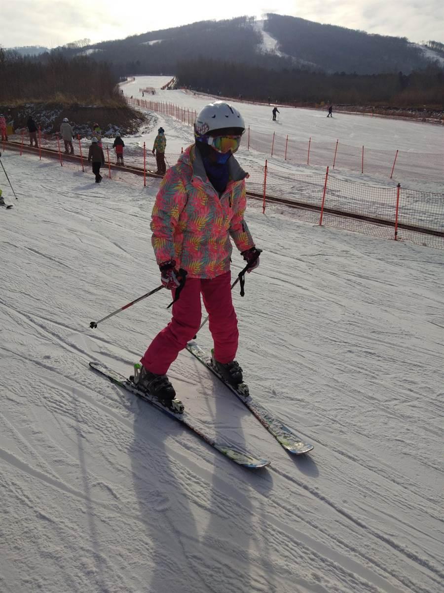 圖為營員體驗滑雪