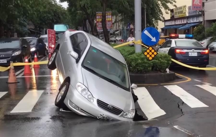 去年高雄因為一場大雨造成5千個坑洞,韓國瑜上任後立刻展開路平方案,並親自視察道路施工。(圖/中天新聞)