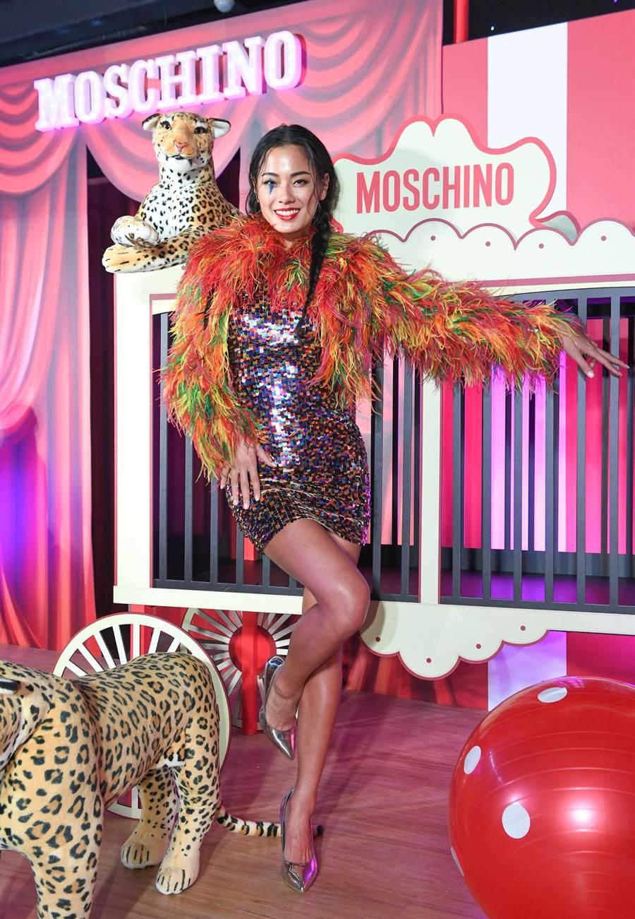 伊林名模王麗雅身著一襲MOSCHINO早春系列七彩絨毛外套搭貼身亮片洋裝現身,並笑稱藉由衣服釋放內心的原始野性。(MOSCHINO提供)