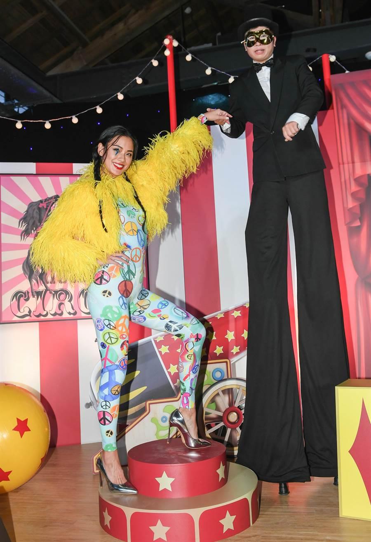 活動中,換上一襲貼身緊身衣的王麗雅,與現場帶來特技演出的嘉賓開心互動。(MOSCHINO提供)