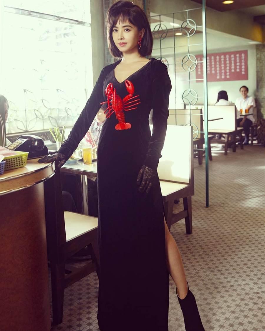 蔡依林在新MV《腦公》穿上龍蝦裝搞笑扮醜。(擷自蔡依林IG)