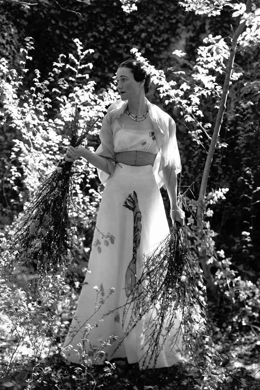 薛波瑞麗設計的龍蝦裝已是時尚經典,當年溫莎公爵夫人搶穿入鏡,登上VOGUE雜誌。(擷自VOGUE官網)