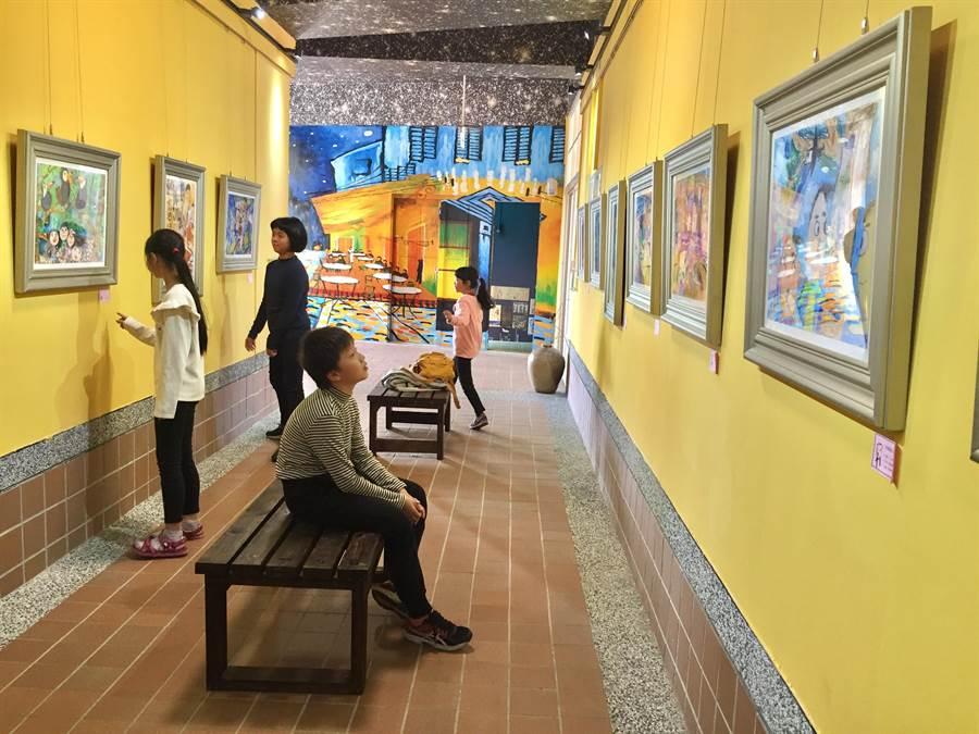 樹林區育德國小打造「星空藝廊」,將梵谷大作「星空下的咖啡館」搬進校園,展示學生優秀作品。(許哲瑗攝)