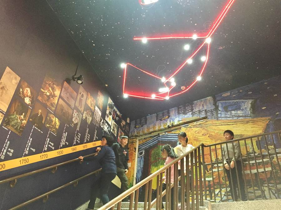 樹林區育德國小打造「星空藝廊」,讓許多學生愛不釋手。(許哲瑗攝)