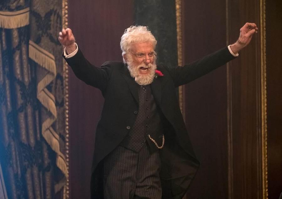 首集男主角迪克凡戴克客串退休的銀行老闆。(迪士尼提供)