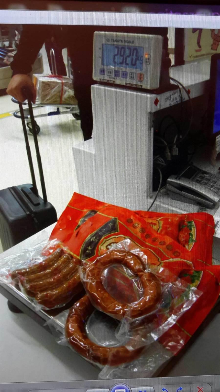 陸客攜帶紅腸、加工豬肉產品及烤鴨共計2.92公斤未主動申報。(圖由農委會提供)
