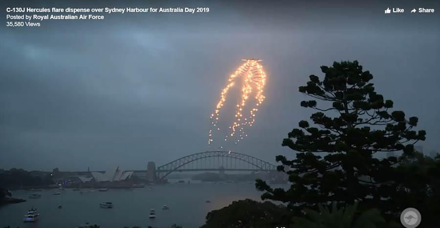 澳大利亞皇家空軍C-130J運輸機飛越雪梨歌劇院並施放誘導火焰彈當作煙火為劇院演出暖場。(圖/澳大利亞皇家空軍影片畫面截圖)