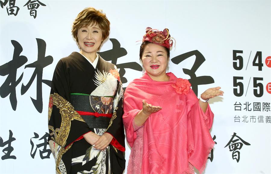 小林幸子(左)與台灣媒體見面,白冰冰前來站台喜見偶像。(粘耿豪攝)