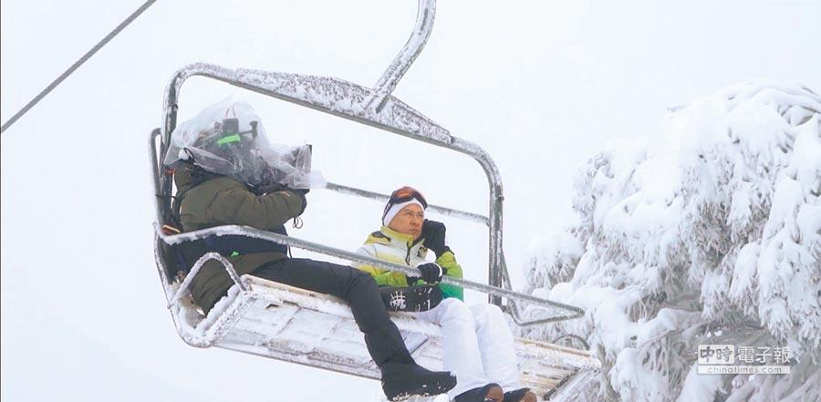 張家輝(右)和攝影師必須忍受寒風襲擊。