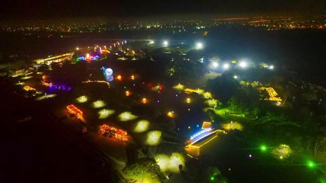 溪州公園的彰化燈會會場30日試點燈,燈光投射下的園區讓人驚艷。(鐘武達攝)