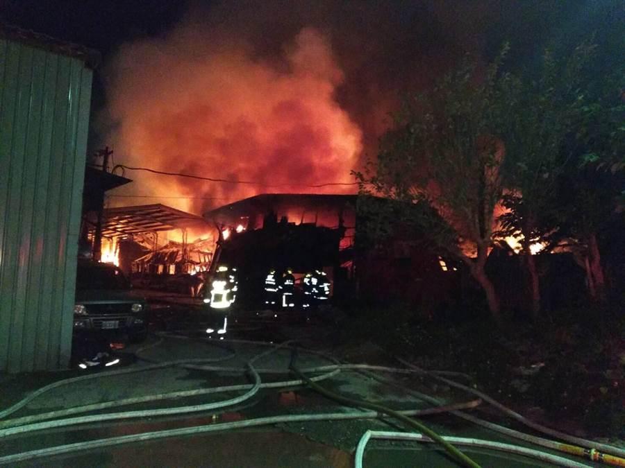 北市延平北路八段傢俱鐵皮工廠今天凌晨4點發生火警,延燒面積900坪,警消在今天6點半撲滅火勢。(李文正翻攝)