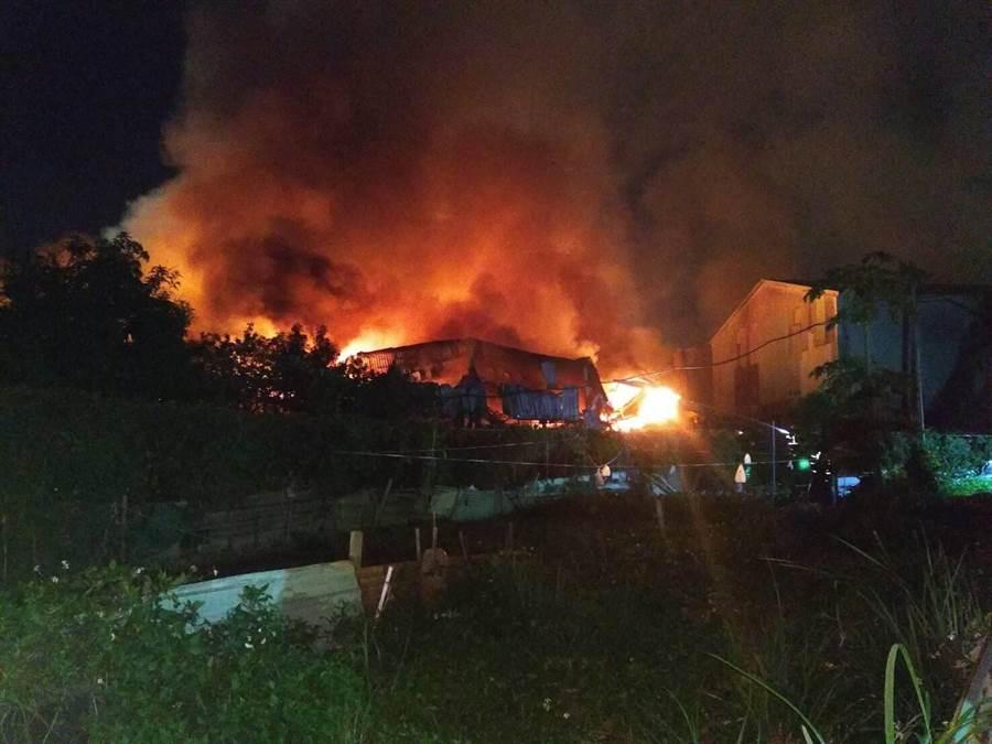 7間鐵皮工廠遭火舌吞沒,警消今天凌晨獲報後,立刻派出近百人到場灌救,並無人員受傷。(李文正翻攝)