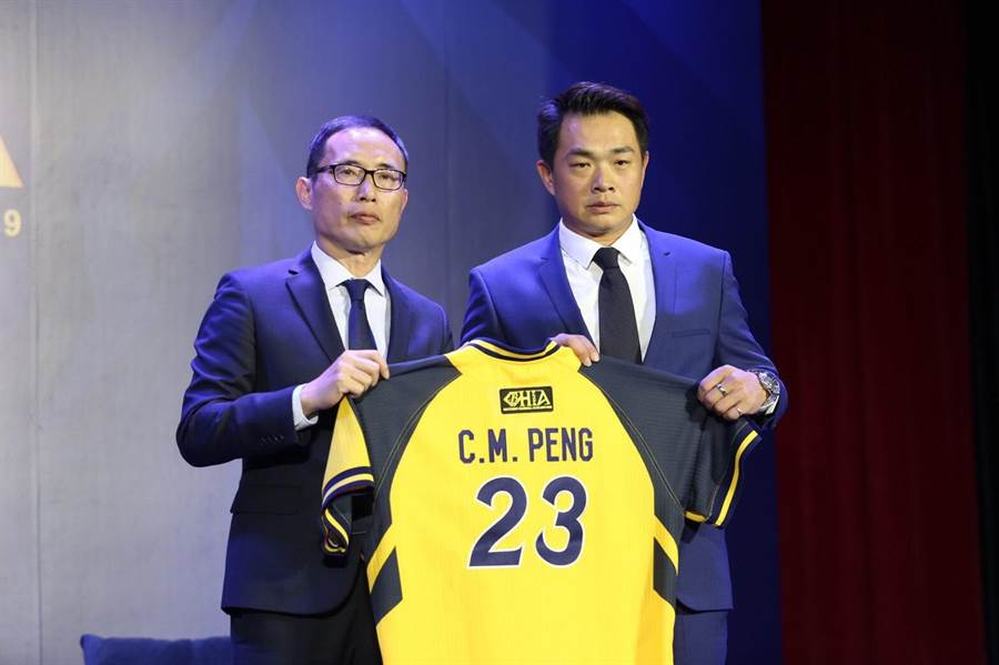 中信兄弟領隊劉志威(左)宣布替彭政閔規畫的一系列退休安排。(廖映翔攝)