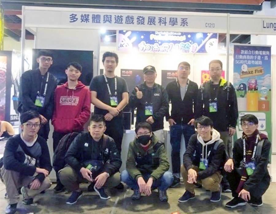 台北國際電玩展日前落幕,龍華科技大學多媒體與遊戲發展科學系師生開發的多款遊戲吸引不少民眾參觀。(賴佑維翻攝)