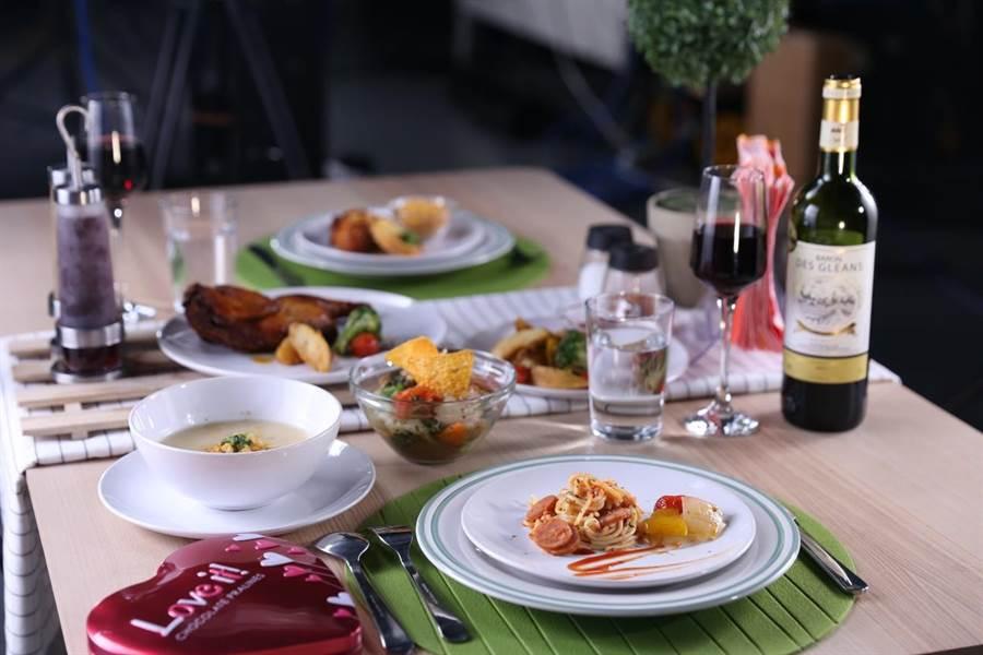 浪漫的燭光晚餐看似價格高昂,但其實所有餐點來自超商,僅花費738元便拼湊出一桌佳餚。(圖/廖映翔攝)