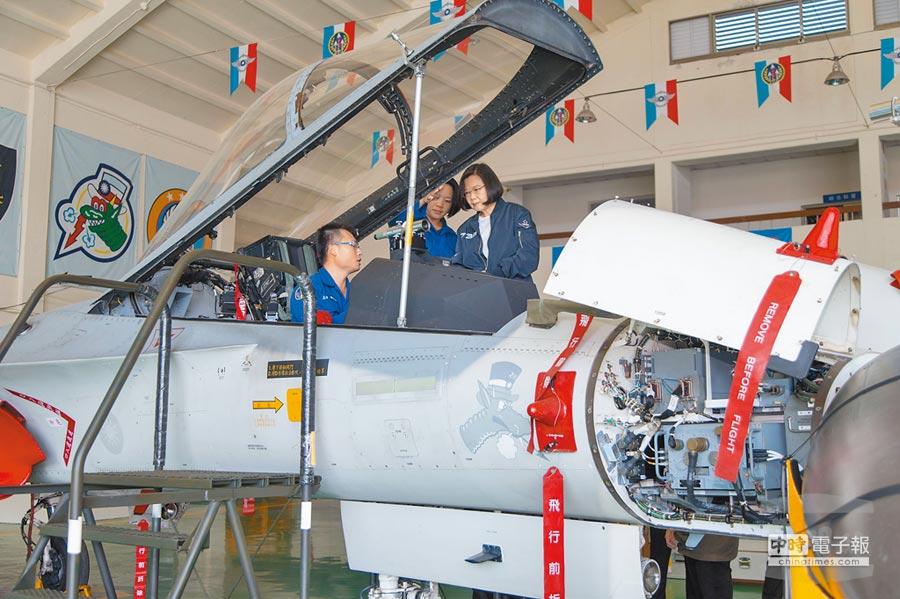 蔡英文總統昨日上午赴台中清泉崗基地視察,並前往戰機棚廠了解IDF經國號戰機性能及地勤人員修護能量。(軍聞社)