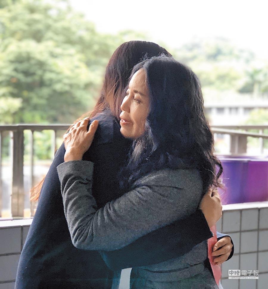 目前就讀高一的「小瑜」(左邊背影者)與認助人林美娟相見歡,兩人大大擁抱,場面溫馨。(北市認助清寒學生基金會提供)
