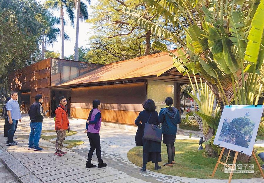 新竹市政府在護城河旁的護城河公廁,以美學又實用的耐候鋼重塑建物外觀,把公廁變得像美術館。(陳育賢攝)
