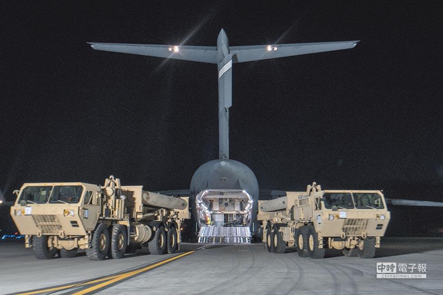 2017年3月7日,「薩德」系統部分裝備運抵美軍駐南韓烏山空軍基地。(新華社)