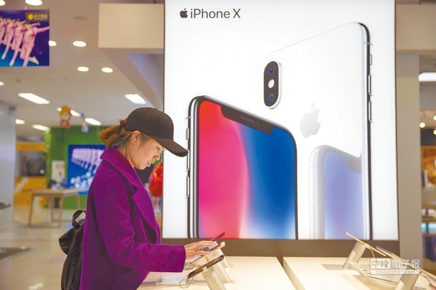 山西太原民眾體驗iPhone手機。(中新社資料照片)