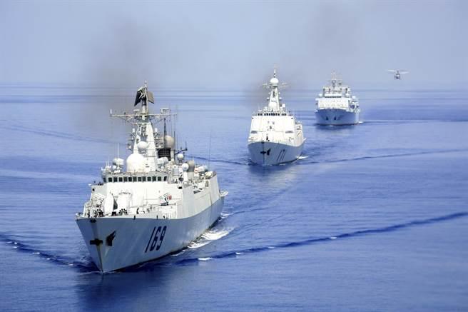 圖為中共海軍首批赴亞丁灣、索馬里海域的護航編隊。(圖/新華社)