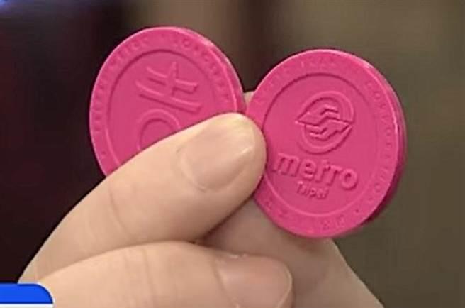 北捷與龍山寺合作,首度推出樂吉籤,淡淡桃紅色,相當討喜。它是單程票,也是紀念品,還會附贈一張運勢籤。(圖/中天新聞)