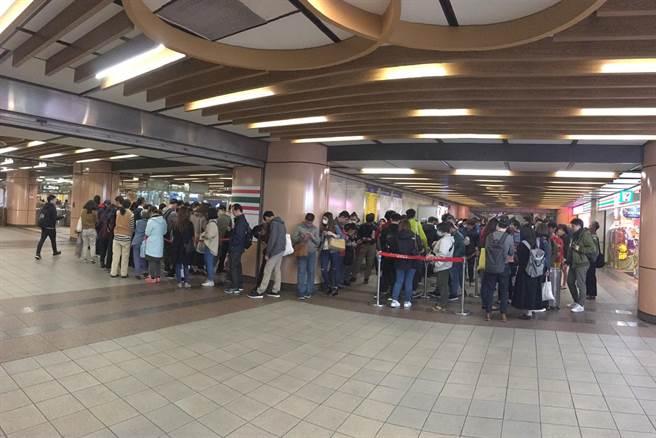 長長隊伍排到捷運站外,還外溢到萬華行政中心。買到樂吉籤的民眾超開心,相信自己一整年都有好福氣。(圖/陳儷方攝)