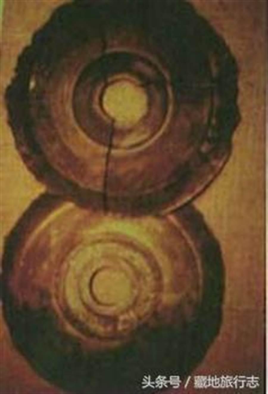 有不少人認為這些石碟,像古代墓葬中所使用的玉璧陪葬品(圖翻攝自/每日頭條)