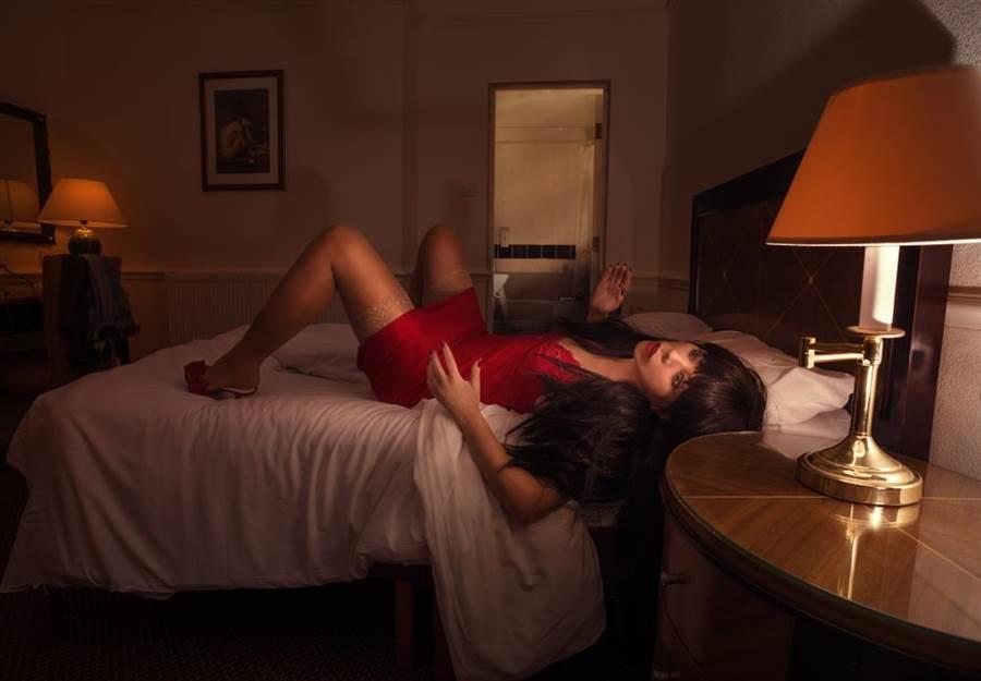 專家指出,為了填補孤單寂寞心理需求,「AI女友」逐漸在日男性族群中流行,甚至有逐漸取代實體女友的趨勢,如此日人恐面臨「瀕臨絕種」的危機。(示意圖/達志影像)