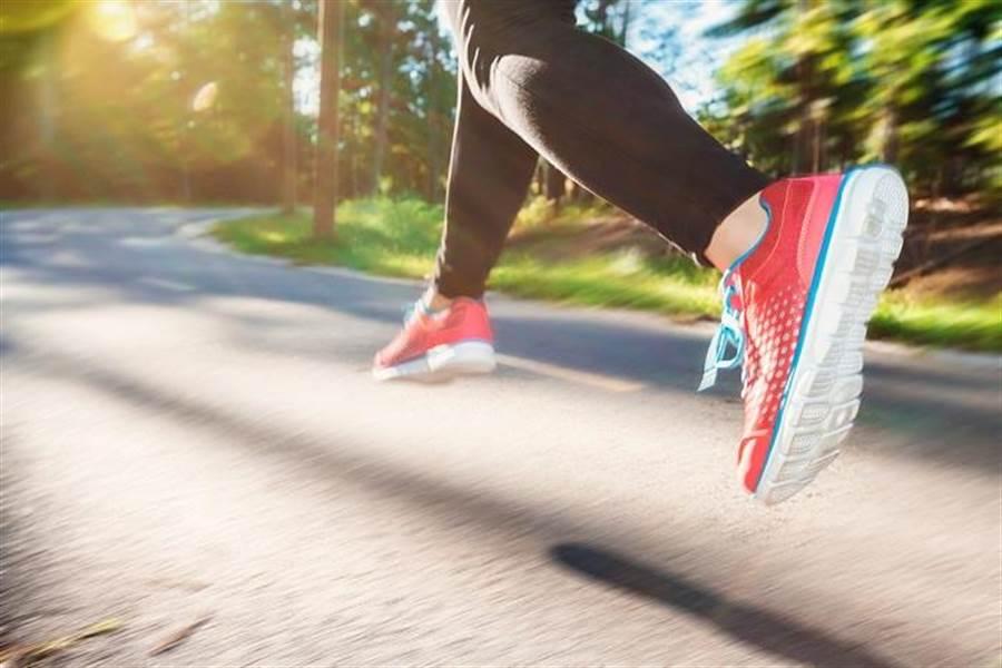 從科學驗證,走路、跑步和騎自行車等有氧運動對減肥根本無用,而10分鐘高強度間歇運動,遠比有氧運動省時有效。(達志影像/shutterstock)